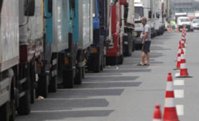 Greek truckers end six-day strike, yield to govt