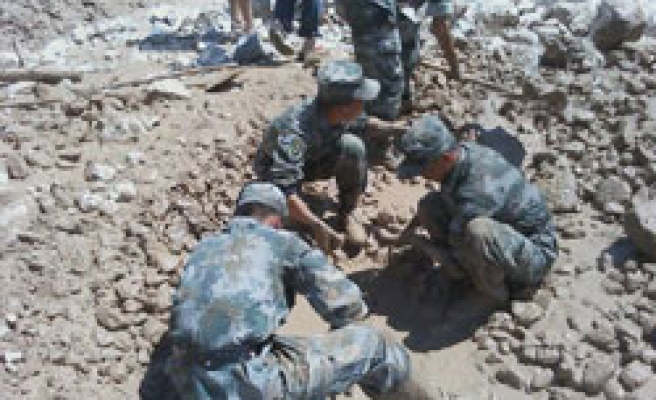 Death toll rises in China mudslide, hundreds missing
