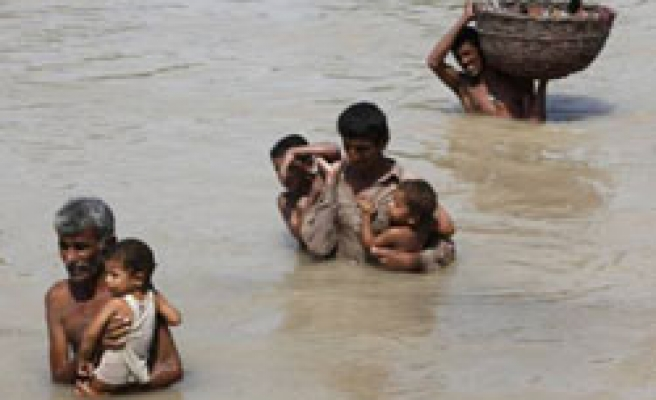 Pakistan rescues flood victims, weather hampers relief efforts