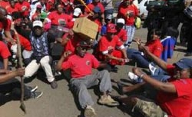More than 1 mln S.Africa state workers strike