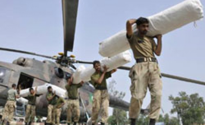 Pakistan choppers finally join flood relief struggle