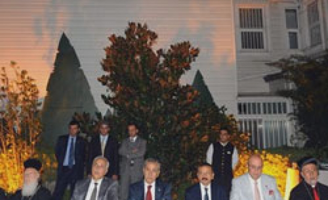 Turkish Minister joins fast-breaking meal by minority foundations