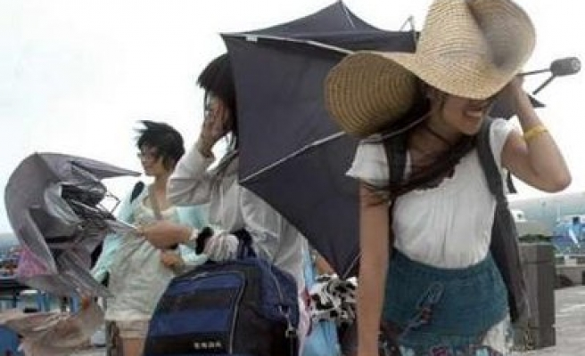 Strong tropical storm lashes Taiwan on way to China
