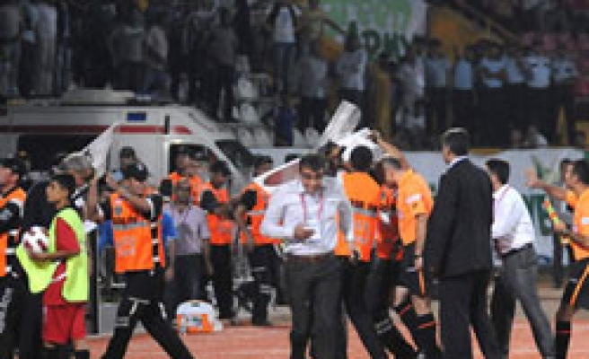 Turkish match abandoned after linesman hit by missile