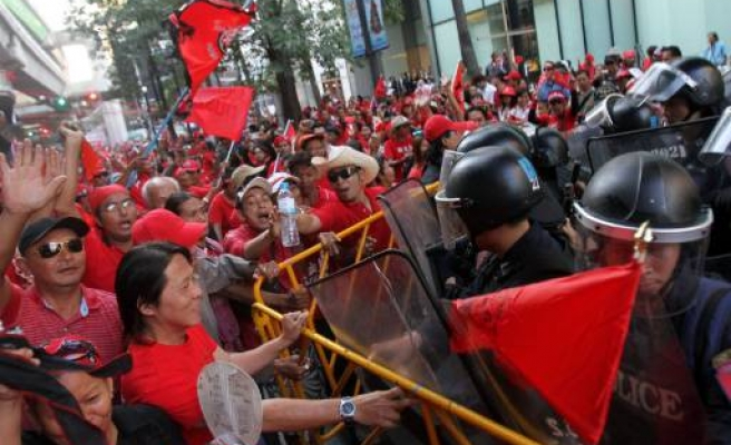 Thailand's 'red shirts' gear up for a fight