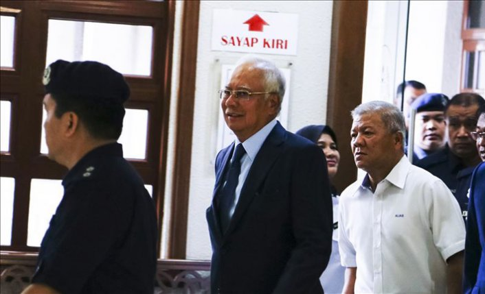 Ex-Malaysian premier testifies in corruption case