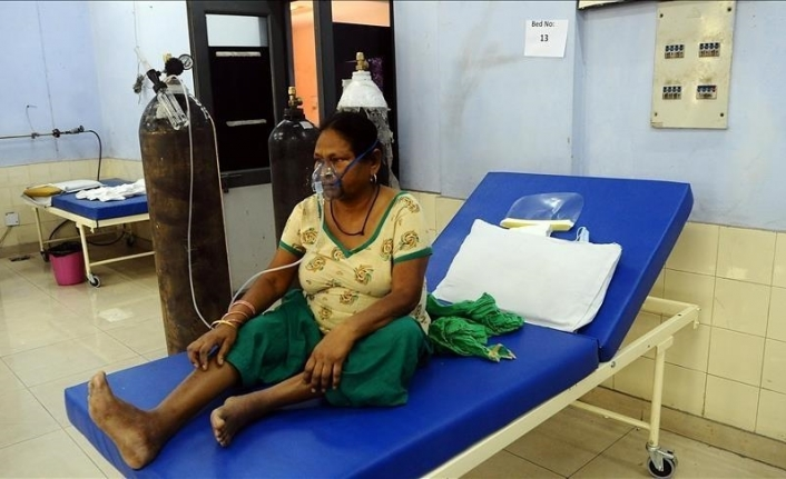 India's daily COVID deaths fall below 1,000