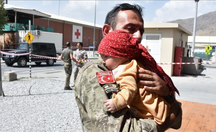 Turkish soldiers extend helping hand to baby at Kabul airport