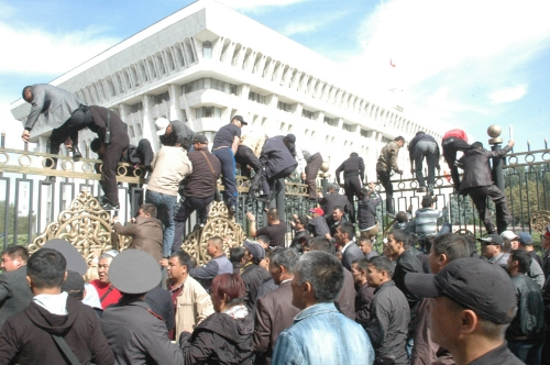 Kyrgyz protesters try to storm govt buildings