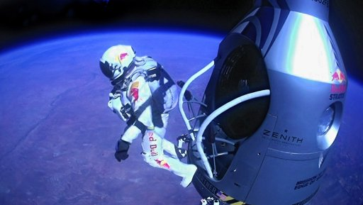 Skydiver safely jumps from stratosphere / VIDEO