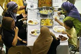 US Muslims gather around iftar tables