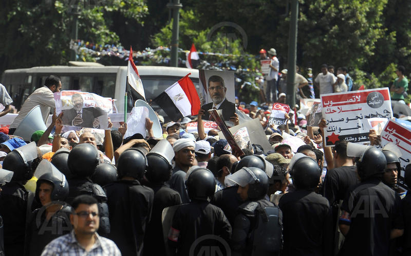 Police prevent Morsi supporters from marching on cabinet HQ