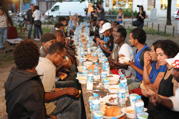 Turkish NGOs give iftar dinner in different parts of world