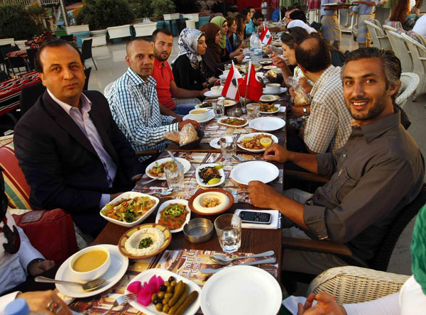 Turkish, Lebanese youngsters meet over iftar meal