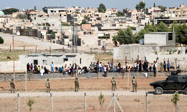 100 Syrians flee to Turkish border after clashes