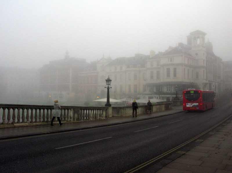 Fog in London forces flight cancellations