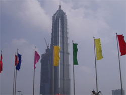 Man arrested after climbing China's tallest building