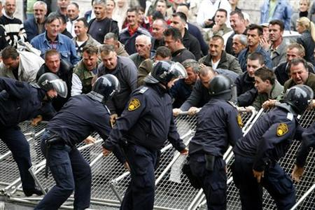 Bosnian workers walk to Croatia for protest