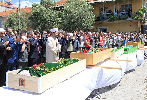 Mass funerals as Turkey mourns mine workers