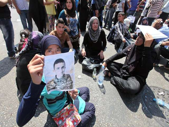Captured troops' families reopen eastern Lebanon road