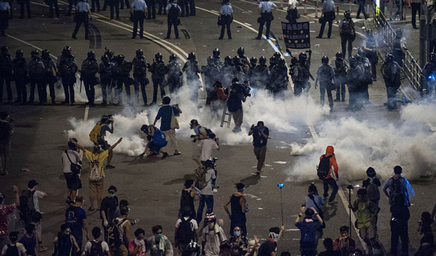 Beijing supporters clash with protesters in Hong Kong