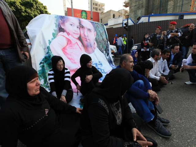 Lebanese block roads to demand release of soldiers