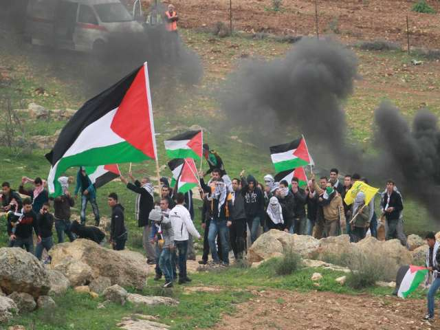 Palestinians fight settlers with sticks, flashlights
