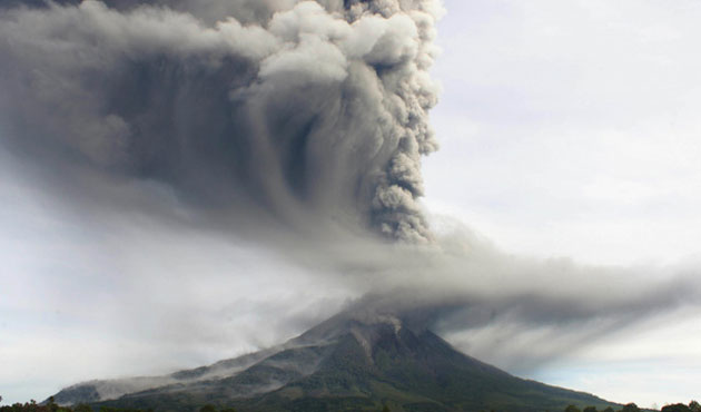 Thousands flee as tremors shake Indonesian volcano