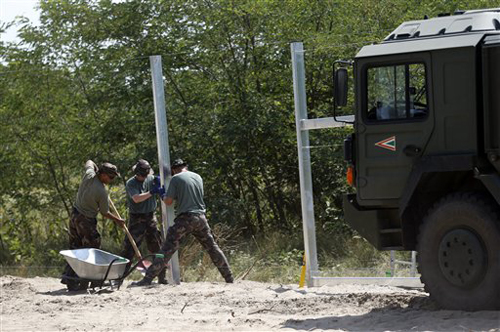Hungary to deploy police for refugees who 'break wall'