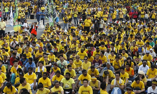 Ex-Malaysian PM calls for mass protests to topple govt