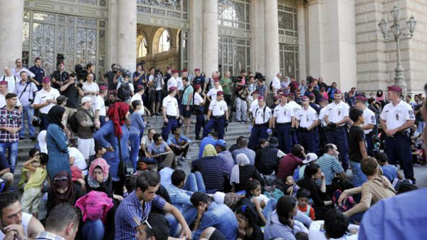 Chaos as Hungary bars refugees from leaving