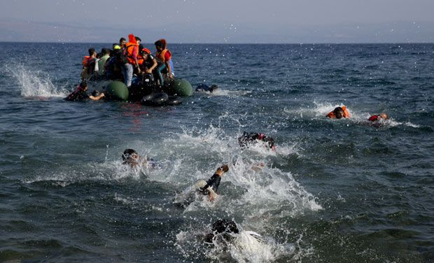Refugee boat sinks off western Turkey, 14 dead