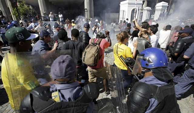 Police, students clash at S.Africa govt buildings