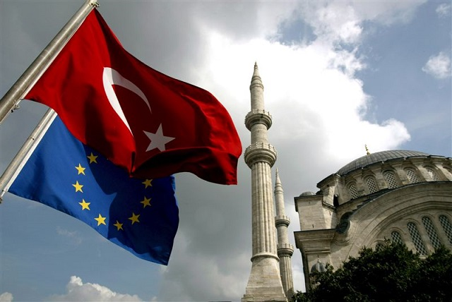 EU agrees to give Turkey €3 billion for refugees