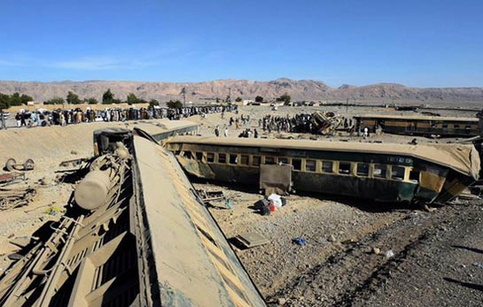 13 killed, 100 injured in Pakistan train accident
