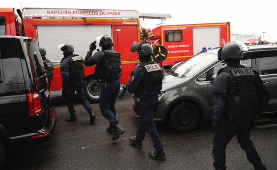 Car crashes into gendarmerie van in Paris: police