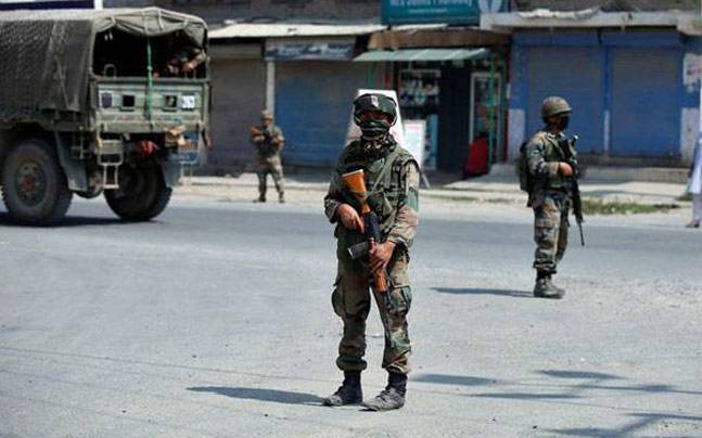 Militants kill 2 paramilitary troops in Kashmir's south