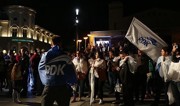 Kosovo's old guard takes fragile lead in snap polls