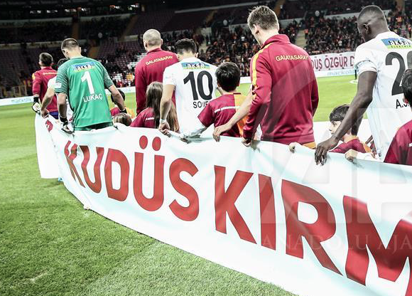 Turkish footballers display pro-Palestine banners