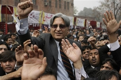 Pakistani lawyers' leader released from house arrest