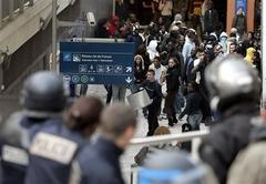 Police clash with youths in Paris