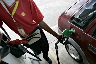 Malaysia lifts ban on fuel sales to foreigners