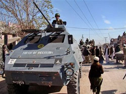 Pakistan civilians flee as military steps up Khyber offensive