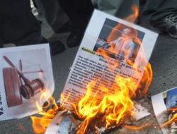 Bosnians protest early release of Serb war crimes ex-president / PHOTO