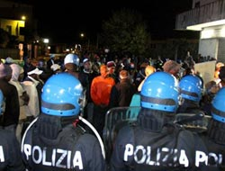 Italian white locals 'attack African farm workers' / PHOTO