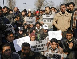 Kashmiri reporters protest India shooting, two fighters killed