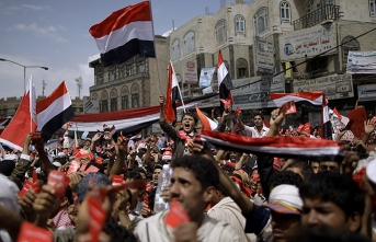Yemenis continue protests amid currency plunge