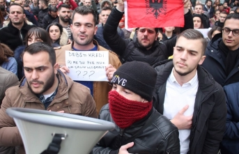 Thousands of Albanian students protests in front of Education Ministry