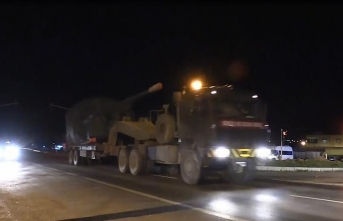 Turkey sends howitzers to Syria border