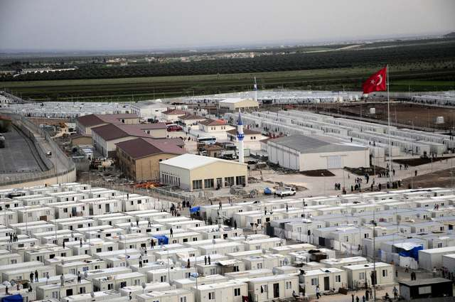 Thousands of Syrian refugees stuck at Turkish border